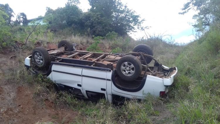 Criança morre após caminhonete capotar e cair em ribanceira