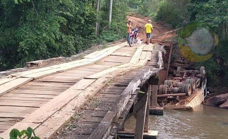 Caminhão da prefeitura cai de ponte