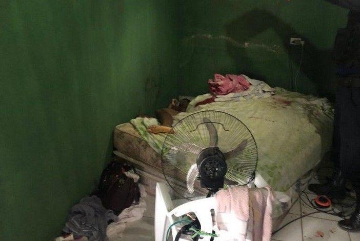 Homem é morto dentro de sua próprio residência e esposa é socorrida ao HM com vários cortes pelo corpo; Suspeito é preso pela PM