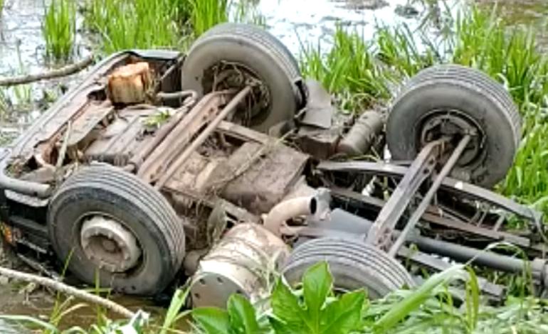 Motorista morre após caminhão tanque capotar na BR-364