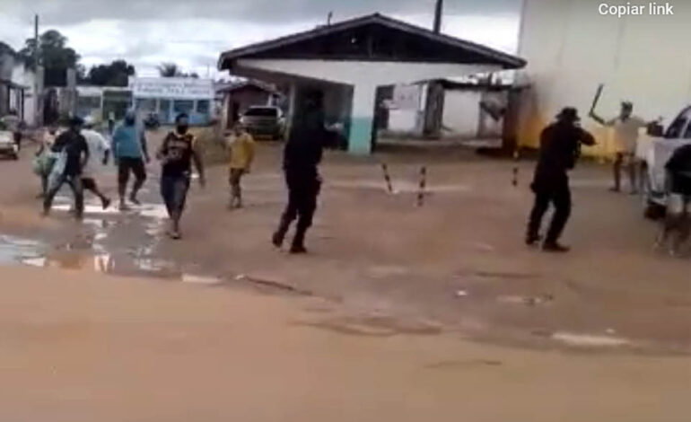 Homem descontrolado com facão causa pânico em Rondônia