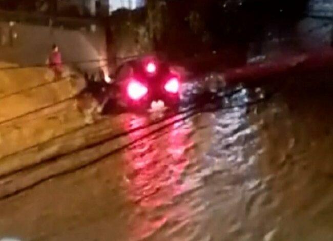Criança de 8 anos morre afogada após carro ser arrastado por correnteza; família fica desesperada
