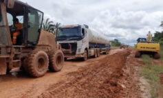 Comboio que leva oxigênio para Manaus está no atoleiro da BR-319