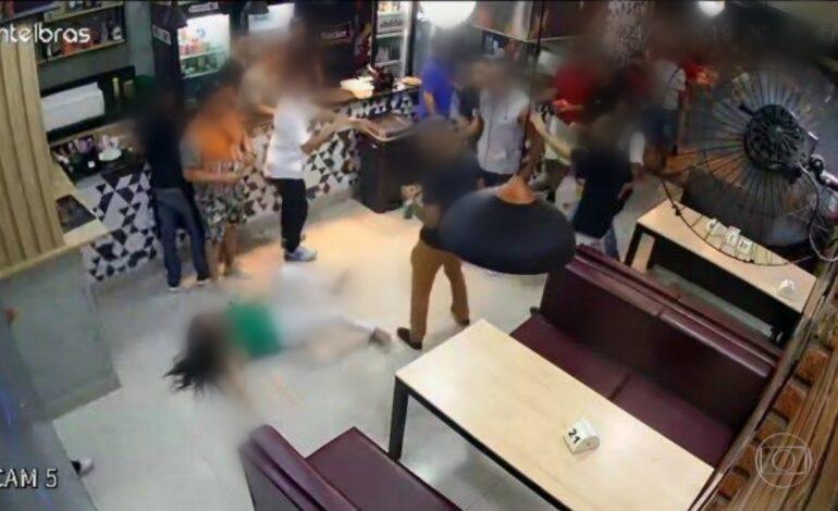 NO BAR: Homem tem crise de ciúmes e espanca ex-namorada a capacetadas