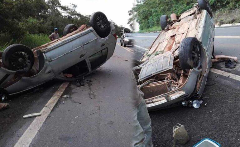 Após capotar na BR 364, motorista foge e deixa carro tombado
