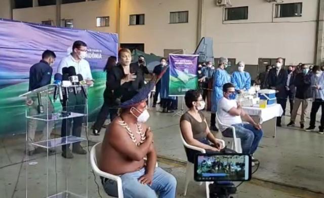 Enfermeiro, médica e indígena são os primeiros a tomar vacina contra Covid em Rondônia