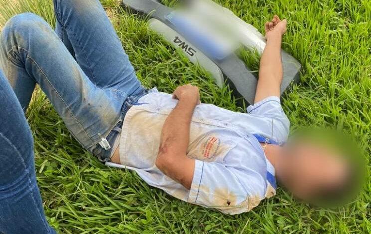 Motorista atinge motociclista e foge sem prestar socorro, mas deixa placa do carro para trás; polícia investiga