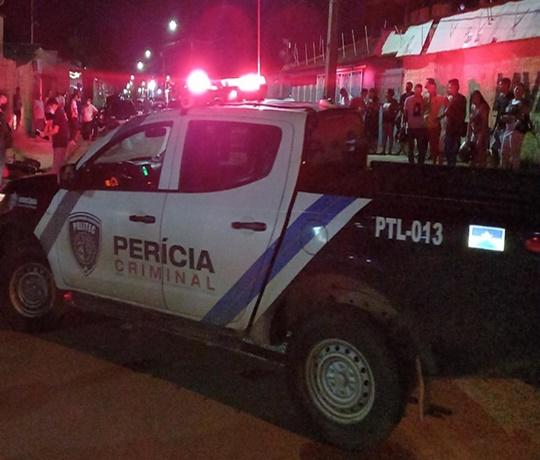 CRIVADO DE BALA: Homem é executado com nove tiros na frente da residência do filho