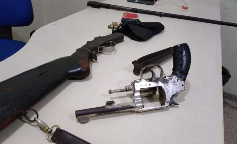 Polícia Militar Ambiental apreende homem com duas armas de fogo