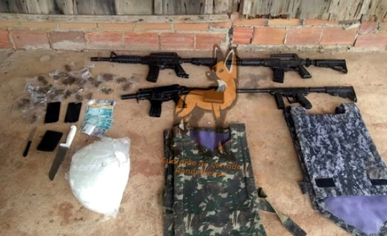 PM apreende drogas, simulacros de arma de fogo e dinheiro