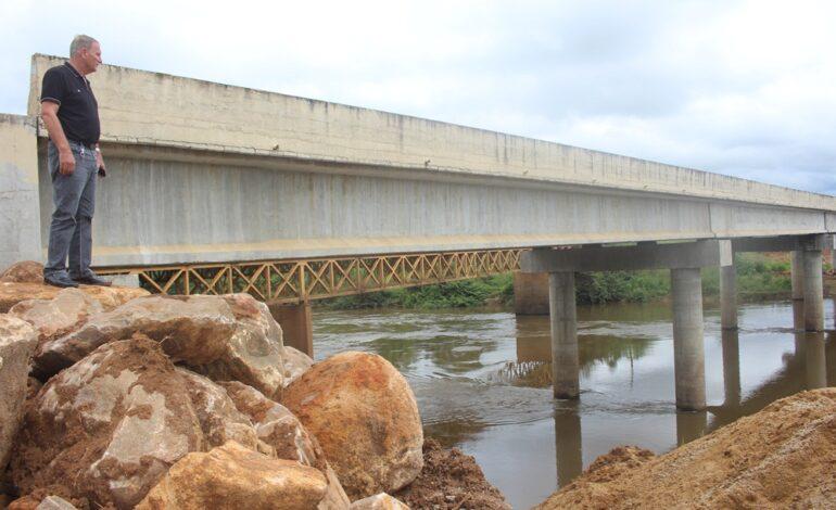 Adelino Follador acompanha obra das cabeceiras da ponte na BR-421 e processo da ponte da RO-459