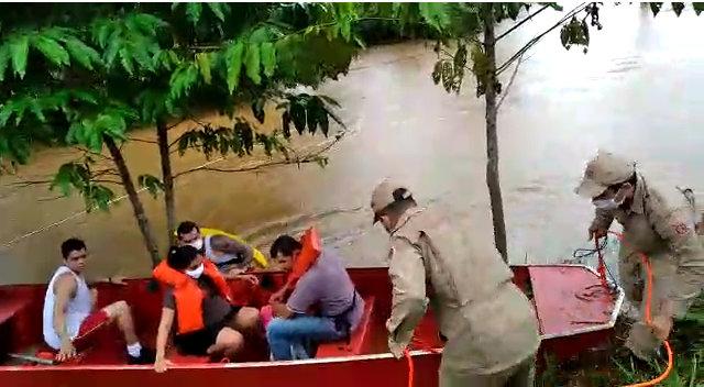 VÍDEO: Ponte fica submersa e grávida em trabalho de parto é resgata de barco pelo Corpo de Bombeiros