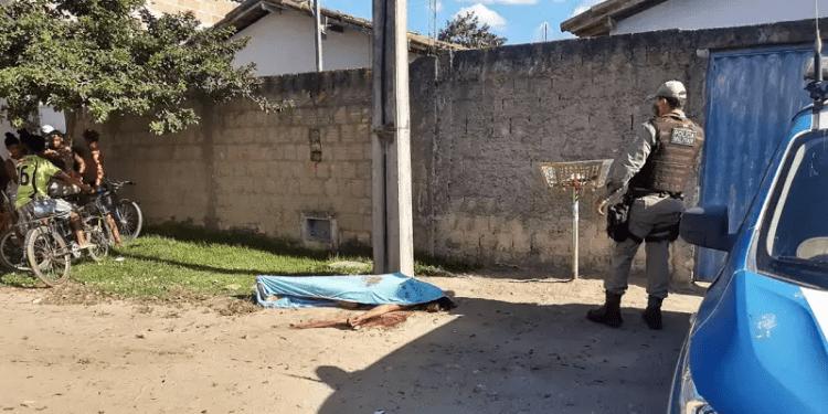 IMAGENS FORTES – Ciúmes leva mulher a executar a própria irmã com facada no coração