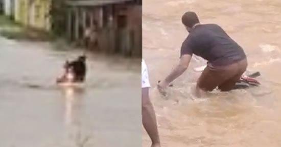 Moto é arrastada por correnteza após mulher cair ao tentar atravessar alagamento; Vídeo
