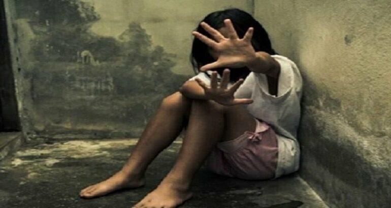 NO BANHEIRO: Padrasto tenta estuprar adolescente após esposa sair de apartamento