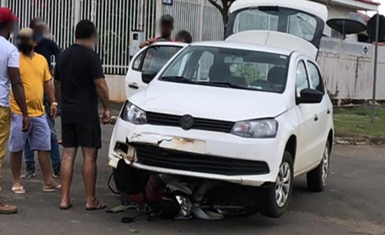 Moto fica presa embaixo de carro após colisão