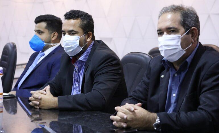 Prefeito Isaú Fonseca e Secretário de Saúde Ivo da Silva, participam da sessão na Câmara de Vereadores