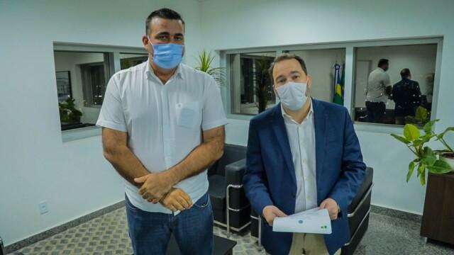 Costa Marques – Prefeito Mirandão consegue R$ 600 mil com presidente Alex Redano para melhorar estradas e adquirir tubos