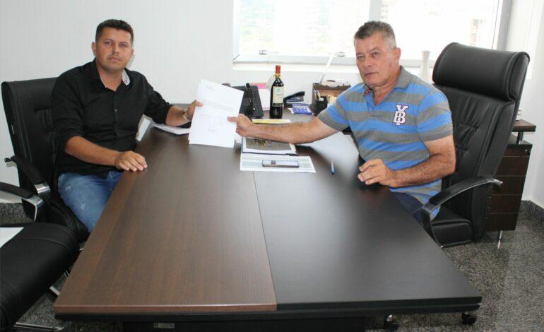 Deputado Edson Martins firma compromisso para compra de livros didáticos para Alto Paraíso
