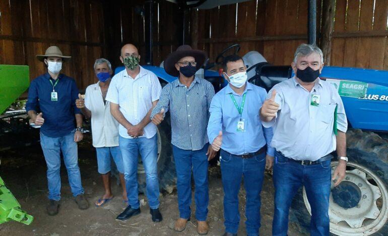 Ismael Crispin entrega equipamentos agrícolas para produtores rurais de Candeias