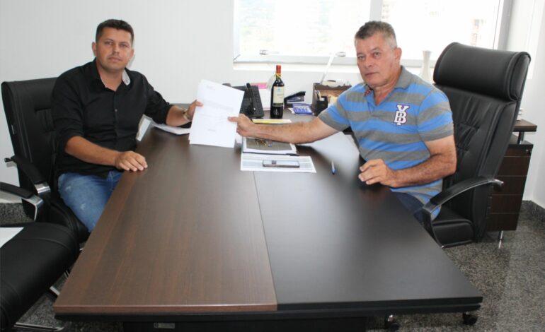 Edson Martins firma compromisso para compra de livros didáticos para Alto Paraíso