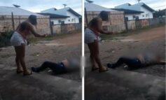 Assista! Jovem que bateu na própria mãe chora ao ser punida com chicotadas pelo 'Tribunal do Crime'