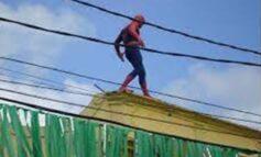 ESCALANDO: Polícia flagra 'Homem Aranha' tentando invadir escola pelo telhado em Rondônia