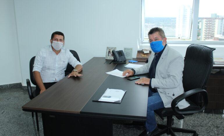 Edson Martins faz compromisso com o vereador Leandro Ambrósio para a compra de respiradores para Alto Paraíso