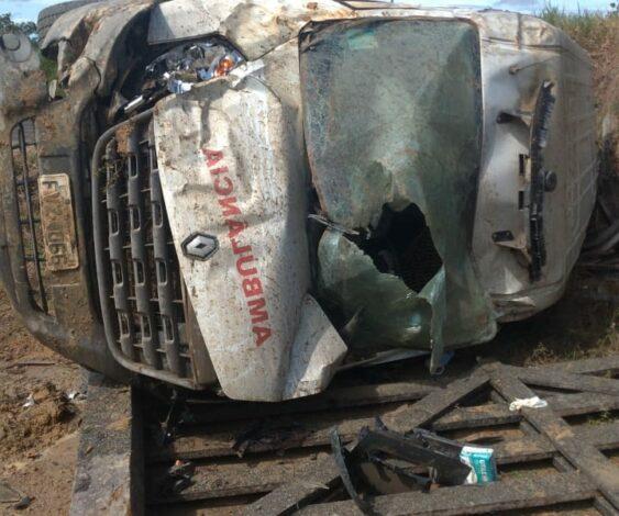 Ambulância capota e fica destruída em acidente na linha 630