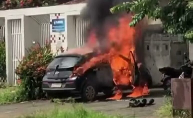 Mulher ateia fogo no carro do ex-marido em Rondônia