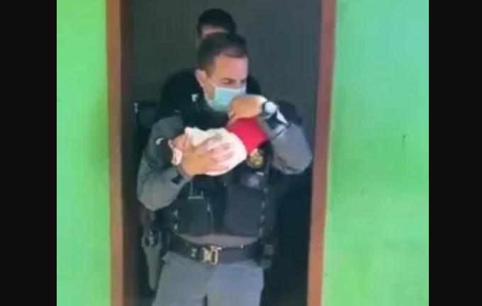 Mãe deixa bebê de 2 meses como 'garantia de dívida' em boca de fumo e perde a guarda da criança