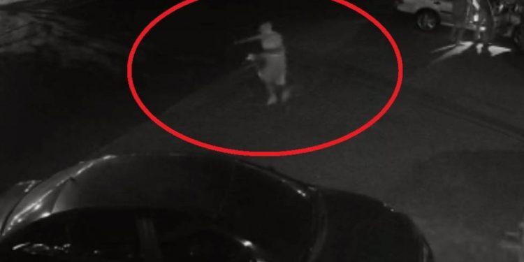 RO – ASSISTA: vídeo mostra carro em alta velocidade e ciclista escapando de acidente violento no centro de cidade