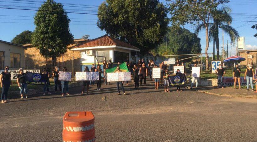 Ji-Paraná – Esposas de PMs fecham o Quartel do 2º BPM por tempo indeterminado em manifesto para ajuste salarial