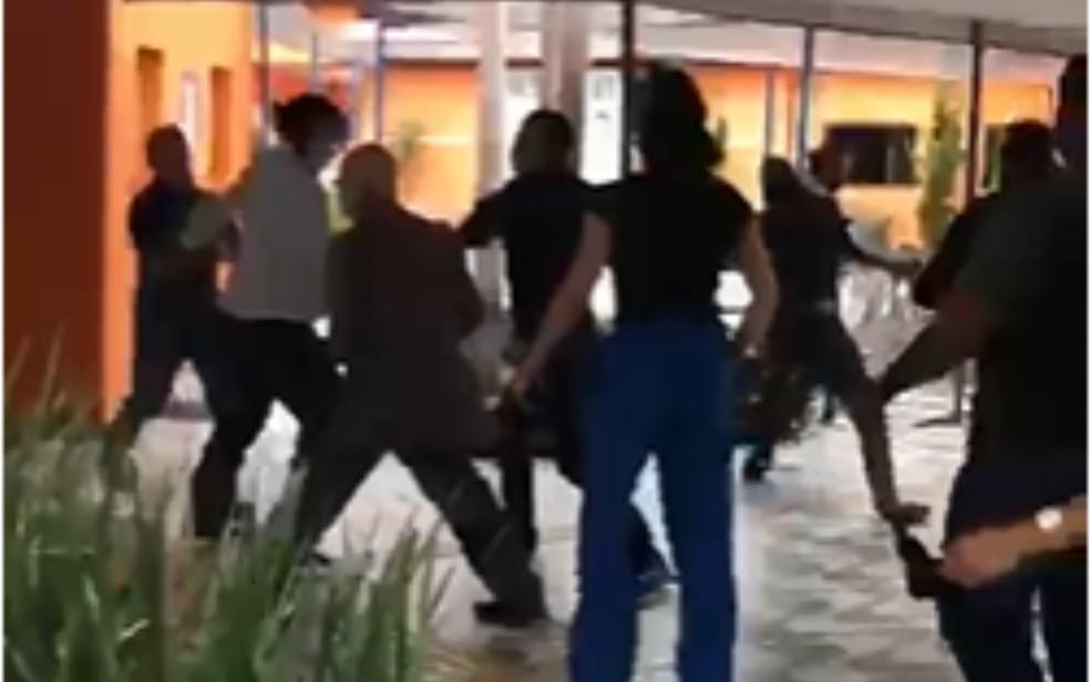 Pessoas durante briga entre reitor de faculdade e mulher em Aparecida de Goiânia, Goiás — Foto: Reprodução